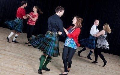 Scottish Ceilidh와 Ceilidh Dancing는 무엇입니까?